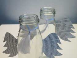 Glasvasen mit Engelsflügeln